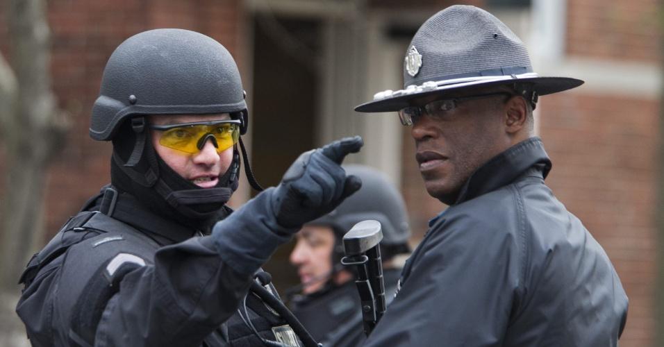 19.abr.2013 - Agentes policiais conversam durante operações de busca por um dos suspeitos dos atentados na Maratona de Boston, em Watertown, Massachusetts, nesta sexta-feira (19)
