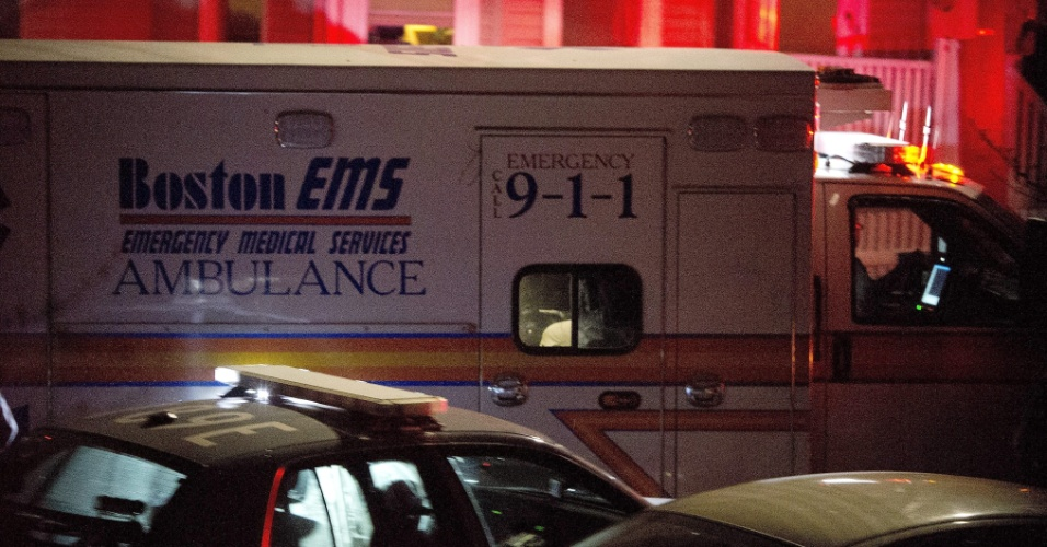19.abr.2013 - Ambulância leva Dzhokhar Tsarnaev, 19, após ele ser preso em Watertown, cidade próxima a Boston (Estados Unidos). Dzhokhar Tsarnaev, um dos suspeitos do atentado na Maratona de Boston, foi preso na noite desta sexta-feira (19). Tamerlan Tsarnaev, 26, seu irmão, e também suspeito, morreu durante troca de tiros com a polícia na madrugada desta sexta-feira