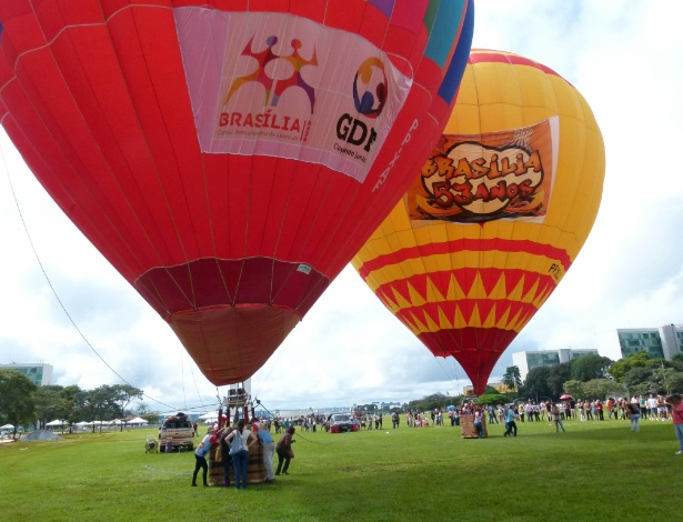 19.abr.2013 - Balões sobem na Esplanada dos Ministérios durante o Festival de Balonismo de Brasília, nesta sexta-feira (19). O evento faz parte da programação de aniversário de 53 anos da cidade, comemorado oficialmente no dia 21 de abril