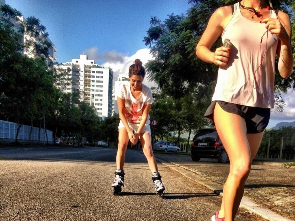 19.abr.2013 - Bruno Gagliasso posta foto da mulher Giovanna Ewbank correndo e da amiga Fernanda Paes Leme andando de patins e escreveu :