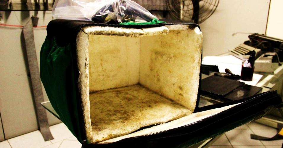 19.abr.2013 - Criminoso usava isopor que utilizava para transportar pizzas para guardar dinheiro e objetos roubados, de acordo com a polícia. Ele foi preso depois de assaltar uma loja, um estacionamento e um minimercado em Moema, na zona sul de São Paulo