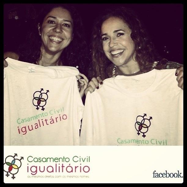 19.abr.2013 - Daniela Mercury e a namorada Malu Verçosa posam para campanha em favor do casamento igualitário.