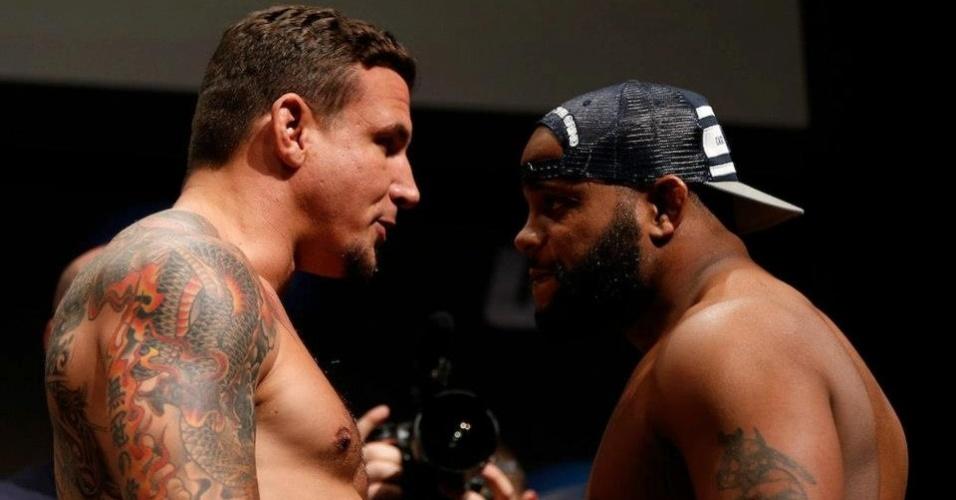 19.abr.2013 - Frank Mir e Daniel Cormier trocam provocações na pesagem do UFC on FOX 7