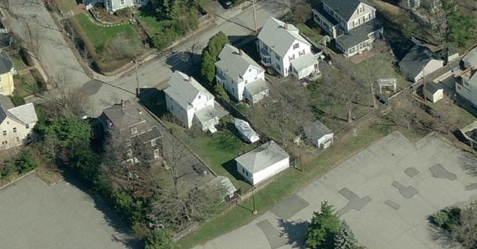 19.abr.2013 - Imagem de arquivo de um serviço de mapas por satélite mostra o barco onde, segundo a imprensa americana, estava escondido o suspeito de ter executado o atentado em Boston. O barco estava no quintal de uma casa (no centro) em Watertown, cidade próxima a Boston (Estados Unidos). Dzhokhar Tsarnaev, 19, um dos suspeitos, foi preso na noite desta sexta-feira (19). Tamerlan Tsarnaev, 26, seu irmão, e também suspeito, morreu durante troca de tiros com a polícia na madrugada desta sexta-feira