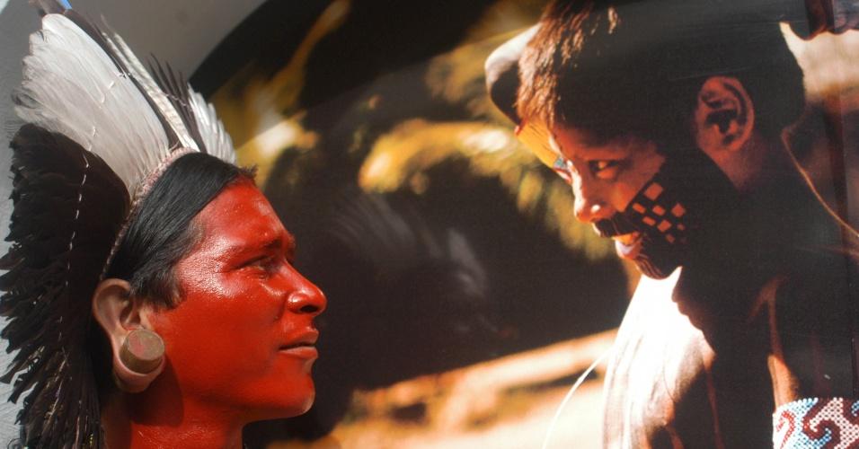 19.abr.2013 - Indígenas da tribo Fulni-ô Pernambuco se apresentam com cantos e danças em comemoração ao Dia do Índio, no Museu do Índio, em Botafogo, no Rio de Janeiro