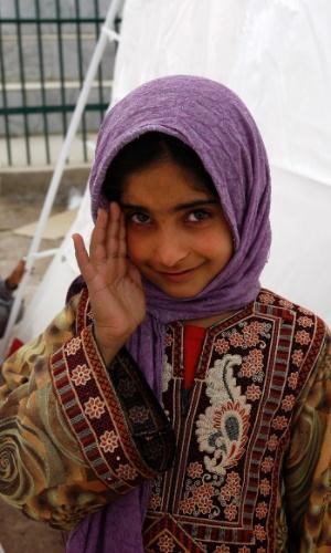19.abr.2013 - Menina sorri em acampamento em áreas afetadas pelo terremoto que atingiu a cidade iraniana de Saravan, no sudeste do Irã, na quarta-feira (19). O terremoto matou ao menos 35 pessoas no vizinho Paquistão, destruiu centenas de casas e sacudiu edifício na Índia e no Golfo Árabe
