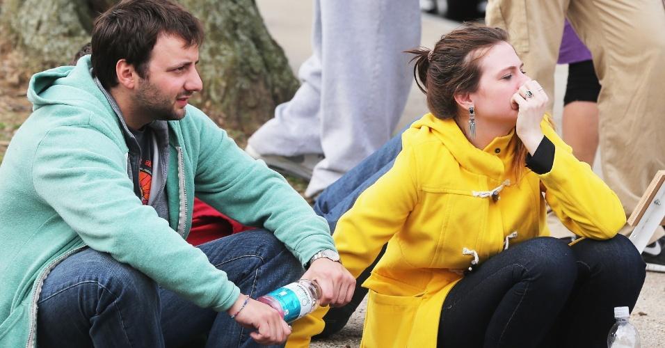 19.abr.2013 - Moradores observam ação da polícia durante operações de busca por um dos suspeitos dos atentados na Maratona de Boston, em Watertown, Massachusetts, nesta sexta-feira (19)