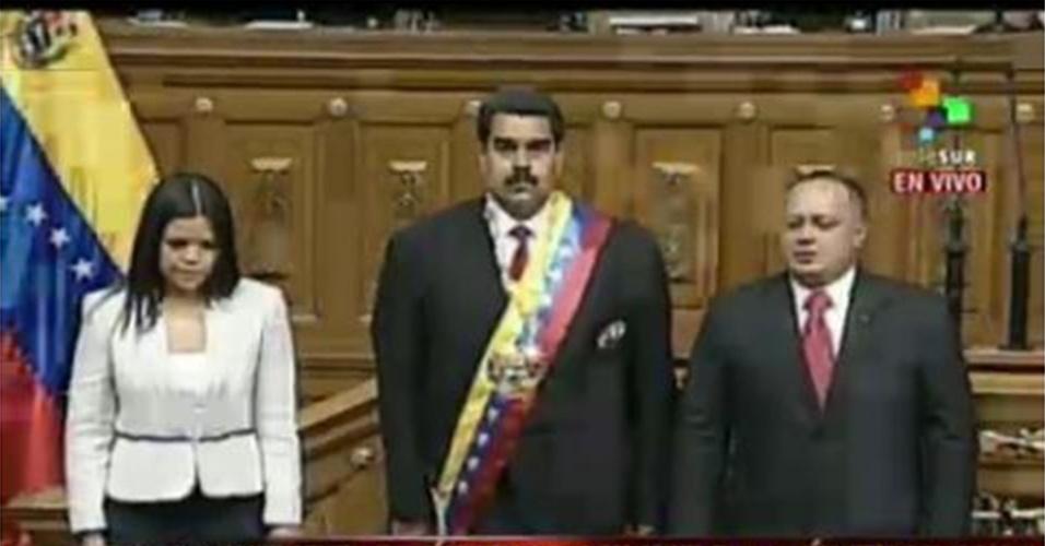 19.abr.2013 - Nicolás Maduro (no centro) escuta a execução do hino nacional da Venezuela após tomar posse como presidente do país, em cerimônia na Assembleia Nacional, em Caracas