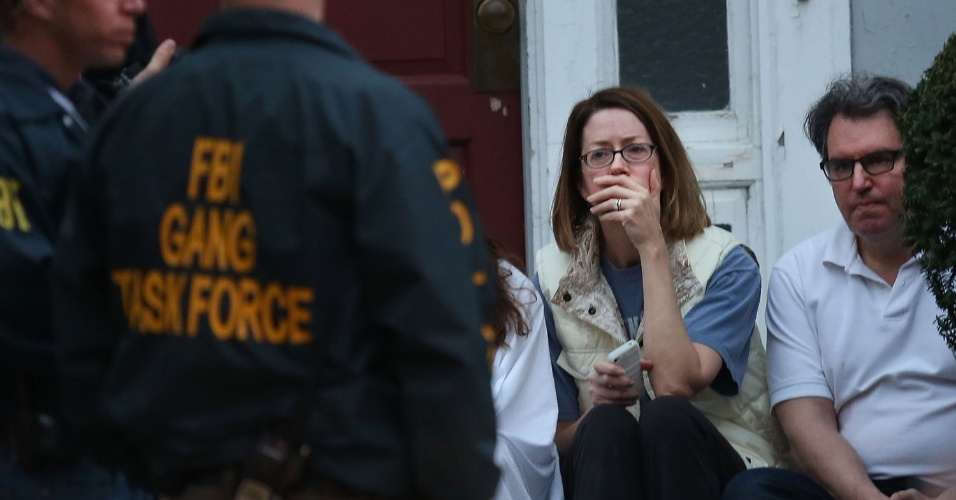 19.abr.2013 - Polícia acompanha moradores que tiveram que sair de suas casas após evacuação de uma área onde um dos suspeitos do atentado em Boston estava escondido, em Watertown, cidade próxima a Boston (Estados Unidos). Dzhokhar Tsarnaev, 19, um dos suspeitos, foi preso na noite desta sexta-feira (19), segundo a polícia. Tamerlan Tsarnaev, 26, seu irmão, e também suspeito, morreu durante troca de tiros com a polícia na madrugada desta sexta-feira