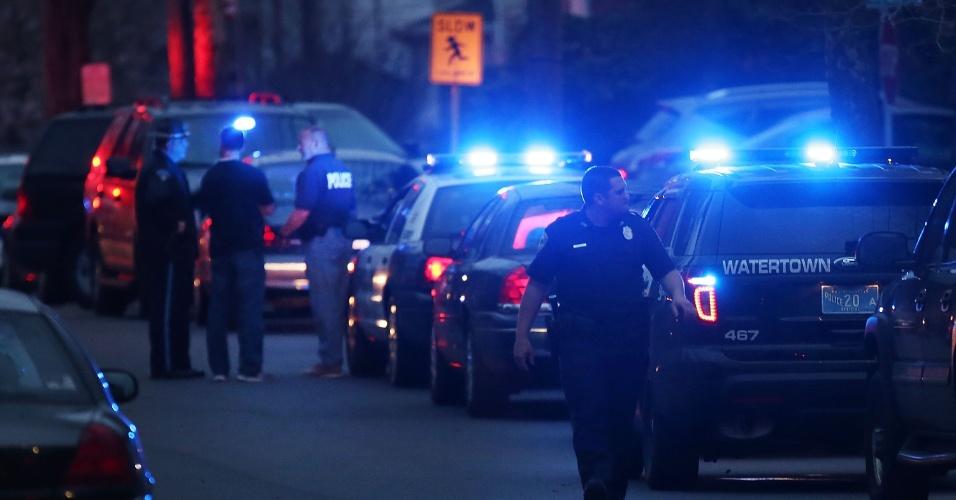 19.abr.2013 - Polícia cerca área onde um dos suspeitos do atentado em Boston estava escondido, em Watertown, cidade próxima a Boston (Estados Unidos). Dzhokhar Tsarnaev, 19, um dos suspeitos, foi preso na noite desta sexta-feira (19), segundo a polícia. Tamerlan Tsarnaev, 26, seu irmão, e também suspeito, morreu durante troca de tiros com a polícia na madrugada desta sexta-feira