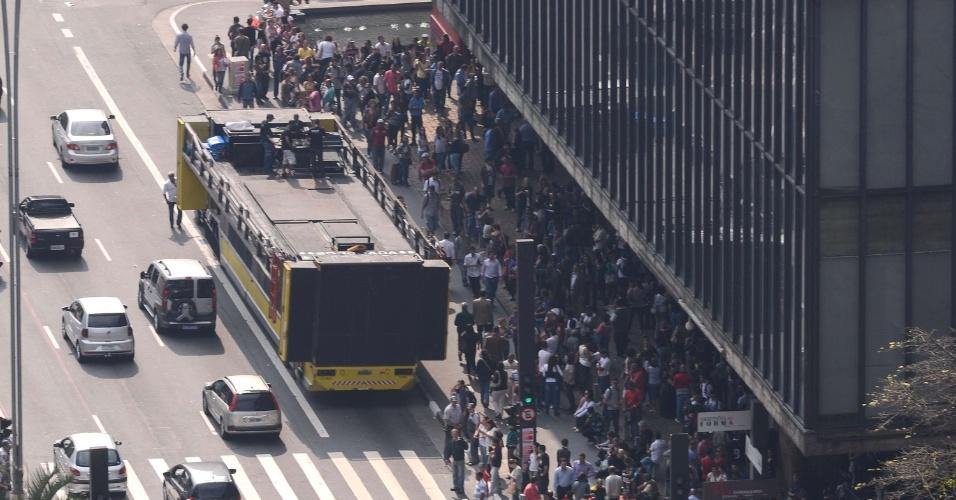 19.abr.2013 - Professores da rede estadual de ensino se reúnem no vão livre do MASP (Museu de Arte de São Paulo), na avenida Paulista e ocupam duas faixas da via, em caminhada até a praça da República, na região central da cidade. Os professores entraram em greve nesta sexta-feira (19)