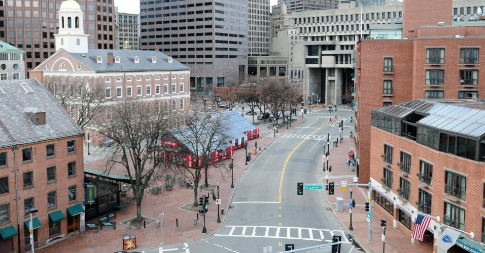 19.abr.2013 - Rua vazia próxima no centro de Boston, Massachusetts, nesta sexta-feira (19). A polícia procura por um dos suspeitos dos atentados na Maratona de Boston e recomendou aos moradores da cidade que não saiam de suas casas