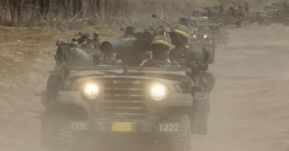 19.abr.2013 - Soldados sul-coreanos realizam treinamento militar próximo à zona desmilitarizada que separa as duas Coreias em Paju, ao norte de Seul, na Coreia do Sul.A Coreia do Norte rejeitou nesta sexta-feira (19) uma nova oferta de envio de alimentos e suprimentos para sua equipe no complexo industrial de Kaesong, feita por empresários sul-africanos. Pyongyang bloqueou o acesso à zona em que se localiza Kaesong --cerca de 10 km dentro de sua fronteira-- desde 3 de abril, em meio à tensão militar que domina a península coreana