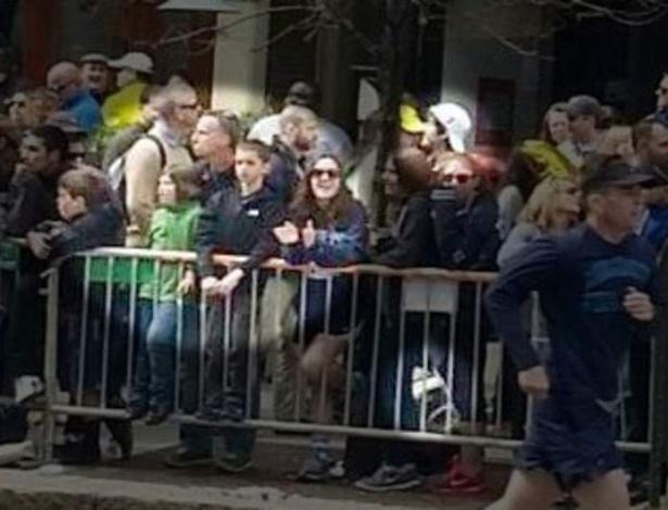 19.abr.2013 - Suspeito de ter cometido atentados na Maratona de Boston (EUA) [em destaque, de boné branco] é visto perto de vítimas da explosão [no destaque maior] em imagem reproduzida da rede de TV Sky News