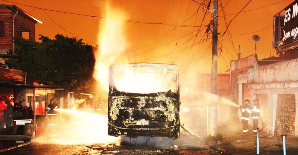 19.abr.2013 - Um ônibus foi incendiado na rua Júpiter, em Carapicuíba, Grande São Paulo, na noite desta quinta-feira (18). Há suspeita de que o incêndio tenha sido provocado como represália pela morte de quatro pessoas em Osasco e Carapicuíba na noite anteior