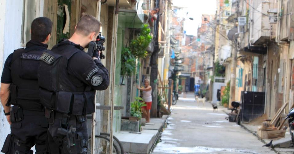 8.abr.2013 - Agentes do Bope (Batalhão de Operações Policiais Especiais), da Polícia Militar, e da Core (Coordenadoria de Recursos Especiais do Rio de Janeiro), da Polícia Civil, realizam uma megaoperação de combate ao tráfico de drogas na favela Nova Holanda, no complexo da Maré, na zona norte do Rio de Janeiro