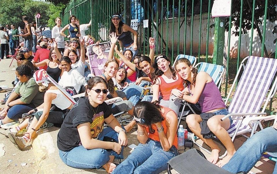 A banda já foi expulsa de diversos hotéis por causa do assédio das fãs. Na foto, fila do show em São Paulo, em 2001