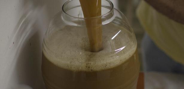 Chá ayahuasca, conhecido como Daime, é preparado em centro em Mogi das Cruzes (SP) em foto feita em 2011