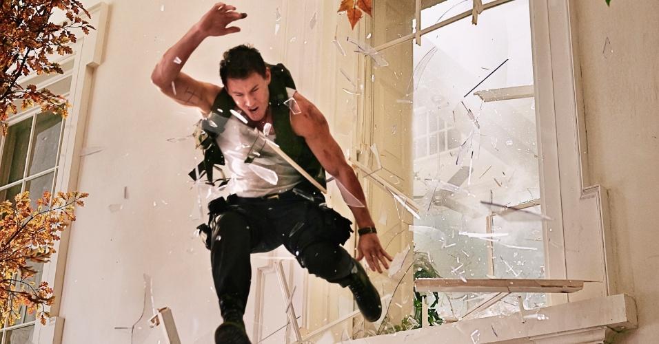 """Channing Tatum (John Cale) em cena de """"Ataque à Casa Branca"""" (White House Down). Na trama dirigida por Roland Emmerich, a atriz interpreta uma agente do serviço secreto. O filme com Channging Tatum e Jamie Foxx estreia no Brasil em setembro de 2013."""
