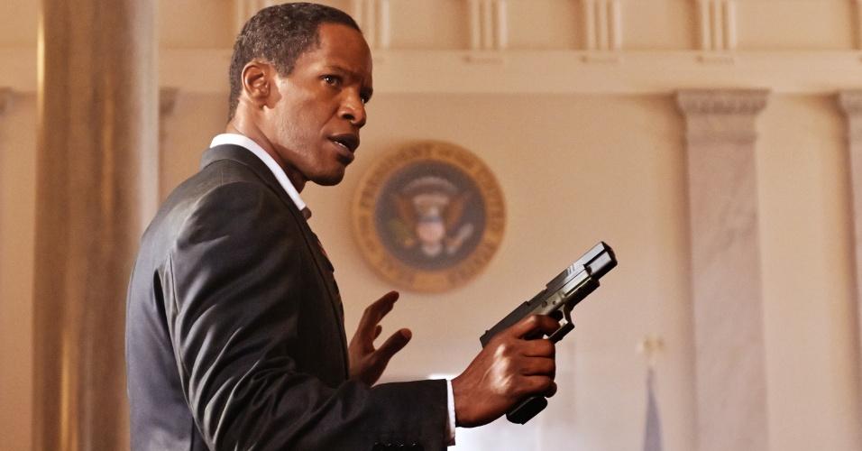 """Jamie Foxx interpreta o Presidente James Sawyer em """"Ataque à Casa Branca"""" (White House Down). No filme, a Casa Branca é invadida por um grupo de paramilitares, que colocam em risco a vida do presidente. Cabe ao policial John Cale (Channing Tatum) salvar o presidente e o país."""