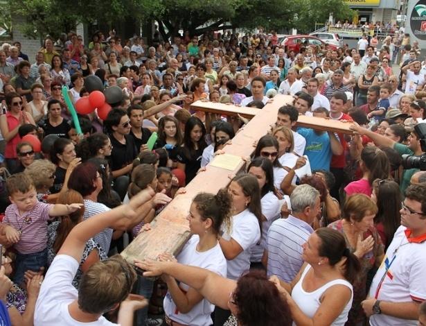 Jan-2013 - Os símbolos da Jornada Mundial da Juventude passaram por Criciúma, em Santa Catarina, em janeiro de 2013. Os objetos foram doados pelo papa João Paulo 2º: a cruz em 1984, e o ícone de Nossa Senhora em 2003