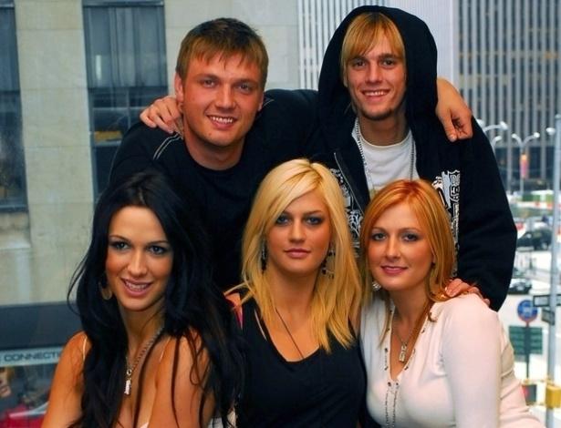 Na foto, Nick Carter aparece com todos os irmãos: Aaron, Angel, BJ Carter e Leslie, que morreu em janeiro de 2012 aos 25 anos após uma overdose de medicamentos. Na época, a mãe o acusou de ter sido negligente com a irmã por ele não ter ido ao enterro por causa de um show no mesmo dia