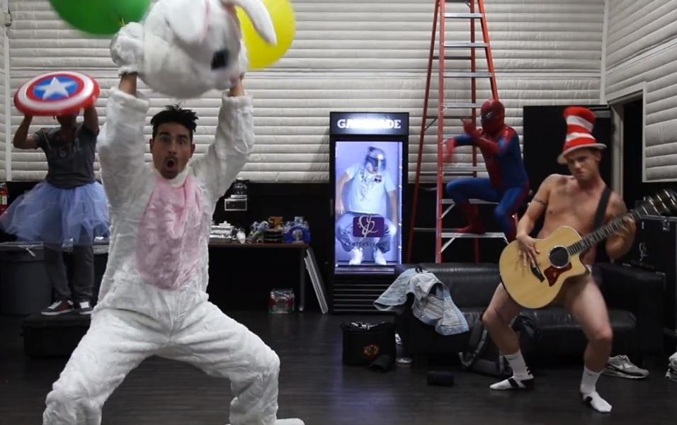 """No início desse ano, a banda entrou na onda do """"Harlem Shake"""" e Nick ficou até de cueca para gravar o clipe, que teve direito a coreografia de """"Everybody"""". No vídeo, Kevin está vestido de coelho, Howie D está de saia e com o escudo do Capitão América, Brian entra na geladeira e AJ é o Homem Aranha"""