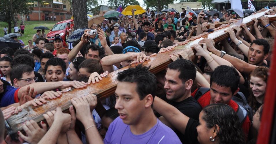 Nov.2012 - A cruz de 3,8 metros chegou a Santa Maria (RS) em novembro de 2012. Em 1994, a cruz começou um compromisso que, desde então, se tornou uma tradição: a jornada anual pelas dioceses do país sede de cada JMJ, como um meio de preparação espiritual para o grande evento