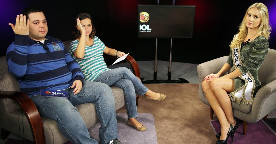 Os repórteres do UOL, Fábio Luís de Paula e Bárbara Paludeti, aprendem - mal - a dar o famoso tchau de miss. Reparem na cara de desaprovação de Sancler!