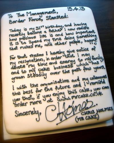 """19.abr.2013 - Um bolo serviu de carta para uma britânica pedir demissão do emprego. Chris Holmes, funcionário do aeroporto de Stansted, na Grã-Bretanha, afirma na carta-bolo que quer dedicar mais """"tempo e energia"""" à família e à sua empresa de bolos, que abriu em 2010. Holmes trabalhava como oficial de fronteira no aeroporto havia quatro anos. O confeiteiro disse que fez um bolo de cenoura com coco, nozes, uvas e cobriu tudo com creme branco, onde escreveu sua carta"""