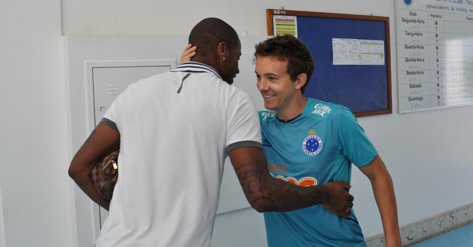 20/04/2013 - Dedé encontrou novos companheiros de Cruzeiro, como o atacante Dagoberto