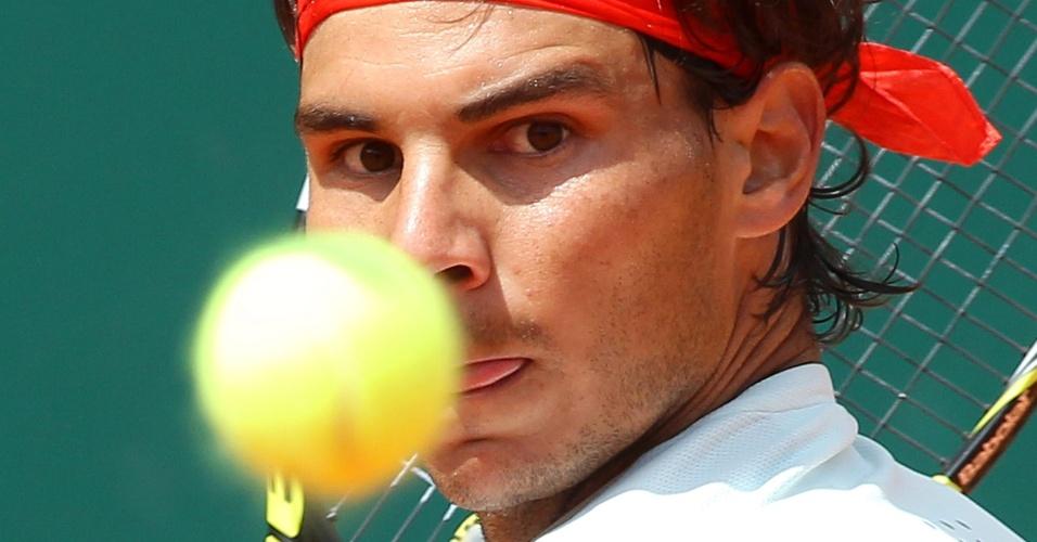 20.abr.13 - Rafael Nadal observa a bola durante a partida contra Tsonga na semifinal do Masters 1000 de Monte Carlo