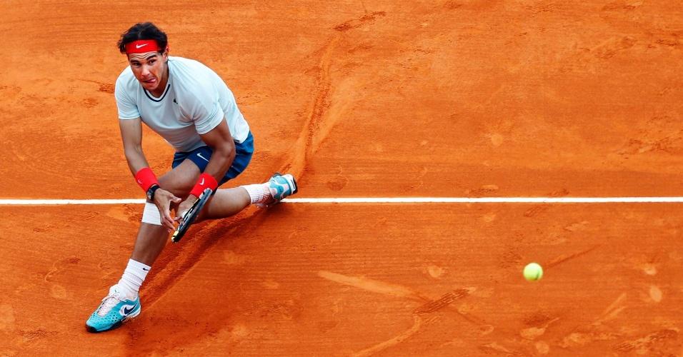 20.abr.13 - Tenista espanhol Rafael Nadal devolve a bola em partida contra o francês Tsonga no Masters 1000 de Monte Carlo
