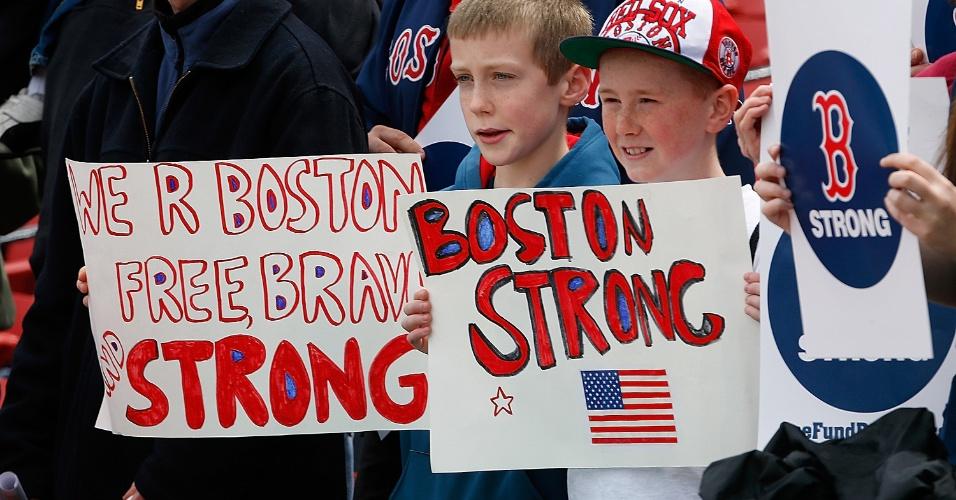 20.abr.2013 - Crianças seguram cartazes em apoio as famílias da vítimas dos atentados que mataram 3 e feriram mais de 170 durante a maratona de Boston, na segunda-feira (25)