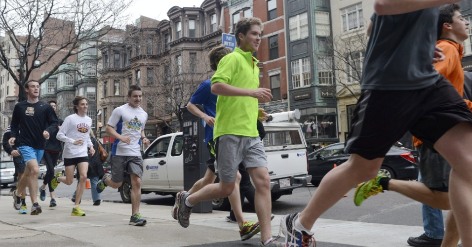20.abr.2013 - Dezenas de pessoas se reuniram neste sábado (20) para 'completar' a maratona de Boston, que foi interrompida após os atentados que mataram três e feriram mais de 170 durante a maratona de Boston, na segunda-feira