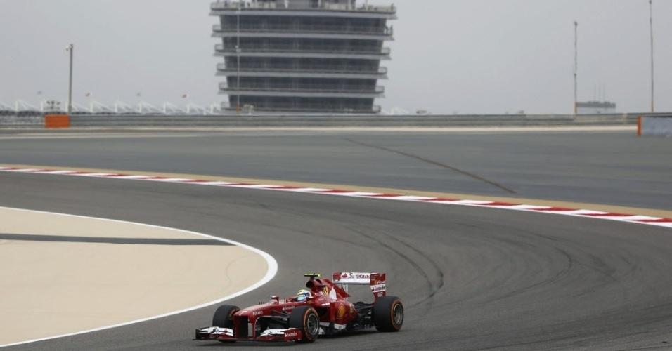20.abr.2013 - Felipe Massa contorna traçado do GP do Bahrein; brasileiro ficou em sexto no treino, mas vai largar em quarto