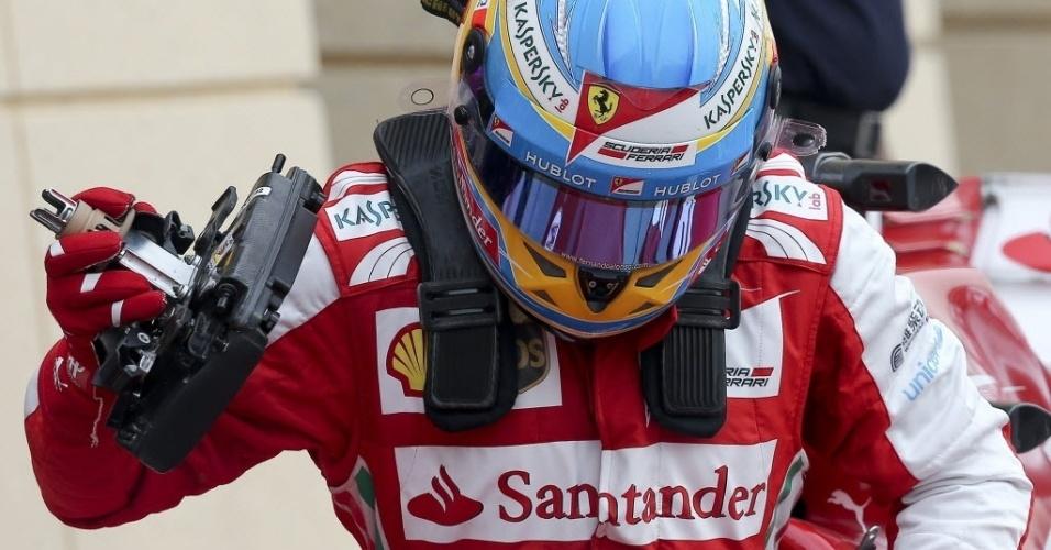 20.abr.2013 - Fernando Alonso sai do carro após ficar em terceiro lugar no treino de classificação para o GP do Bahrein
