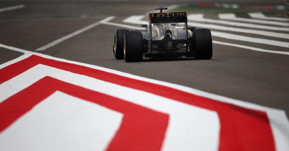 20.abr.2013 - Lotus de Kimi Raikkonen é vista por trás durante o treino de classificação para o GP do Bahrein