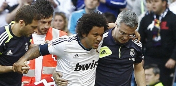 20.abr.2013 - Marcelo, lateral brasileiro do Real Madrid, sai de campo machucado na partida contra o Real Betis, pelo Campeonato Espanhol