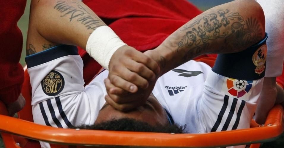 20.abr.2013 - Marcelo, lateral da seleção brasileira e do Real Madrid, sai da maca após se lesionar na partida contra o Betis, pelo Campeonato Espanhol