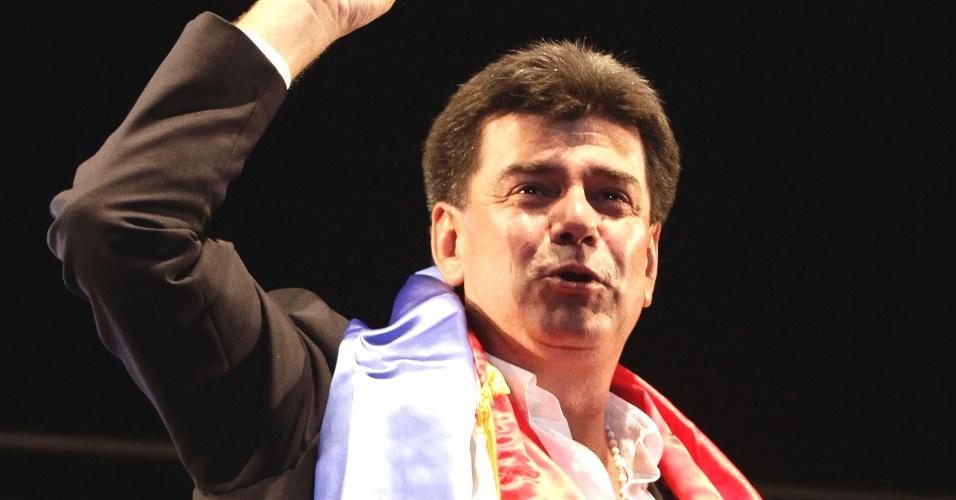 20.abr.2013 - O advogado e candidato à presidência do Paraguai pelo Partido Liberal, Efrain Alegre, acena antes de discurso de campanha na cidade de Luque, região metropolitana de Assunção. Alegre concorre contra o candidato do partido Colorado, hegemônico no país, Horacio Cartes, às eleições, a serem realizadas neste domingo (21)
