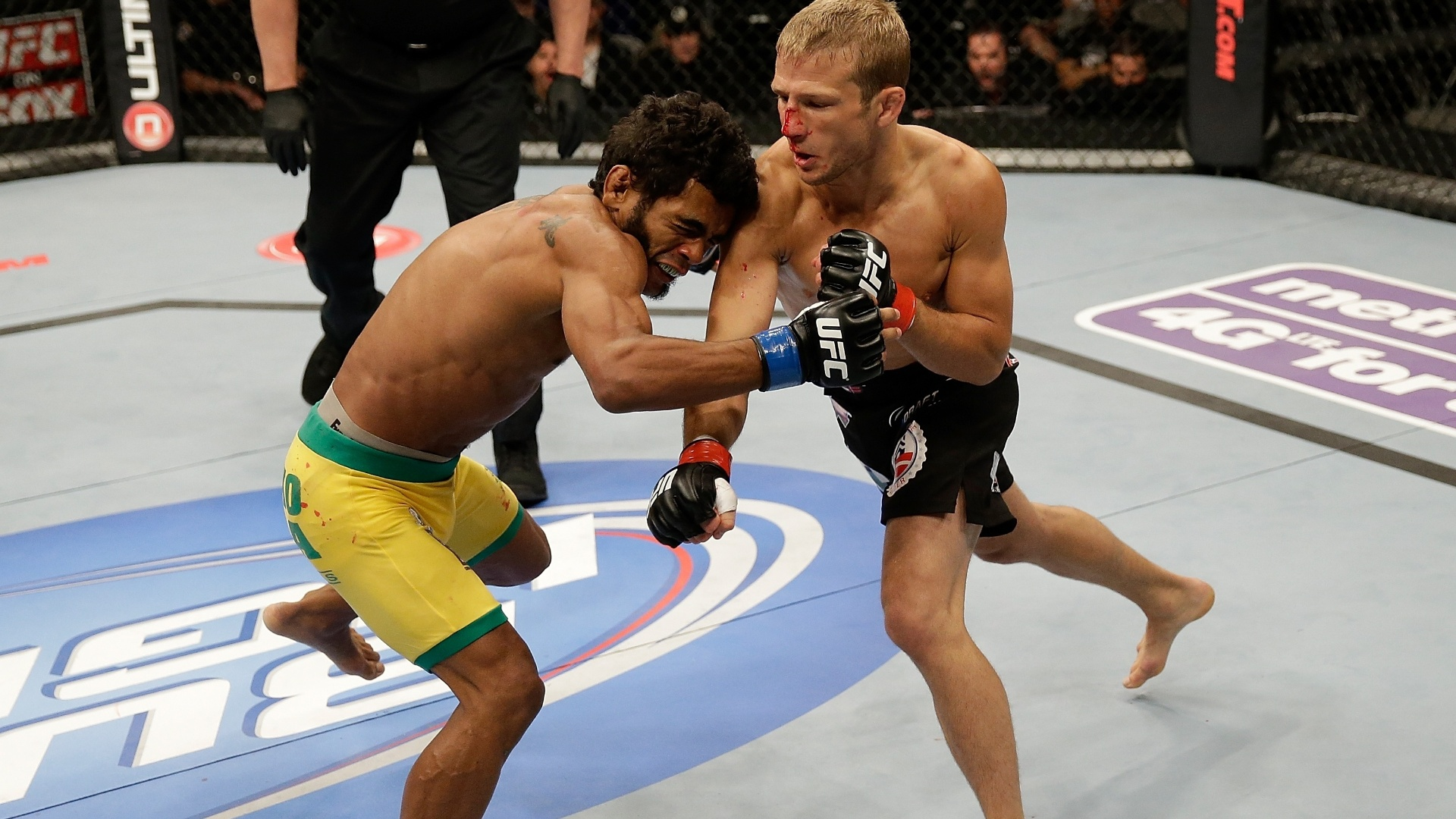 20.abr.2013 - O brasileiro Wolverine foi nocauteado por T.J. Dillashaw ainda no primeiro round da disputa do UFC on Fox. Essa foi a segunda luta dele no peso galo. Antes, ele atuava no peso pena