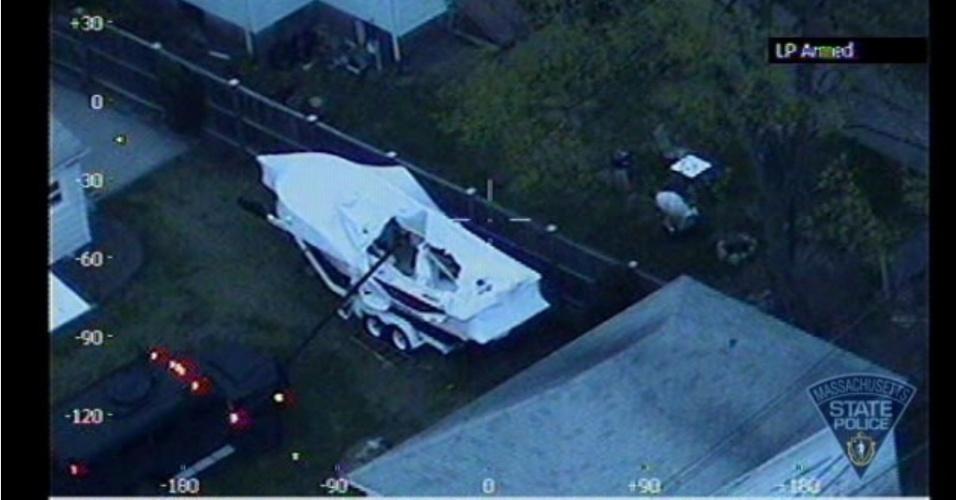 20.abr.2013 A polícia do Estado de Massachusetts divulgou imagem captada por uma câmera acoplada em um helicóptero. Nela, é possível observar o barco no qual o suspeito pelo atentado na Maratona de Boston, Dzhokhar Tsarnaev, se escondeu