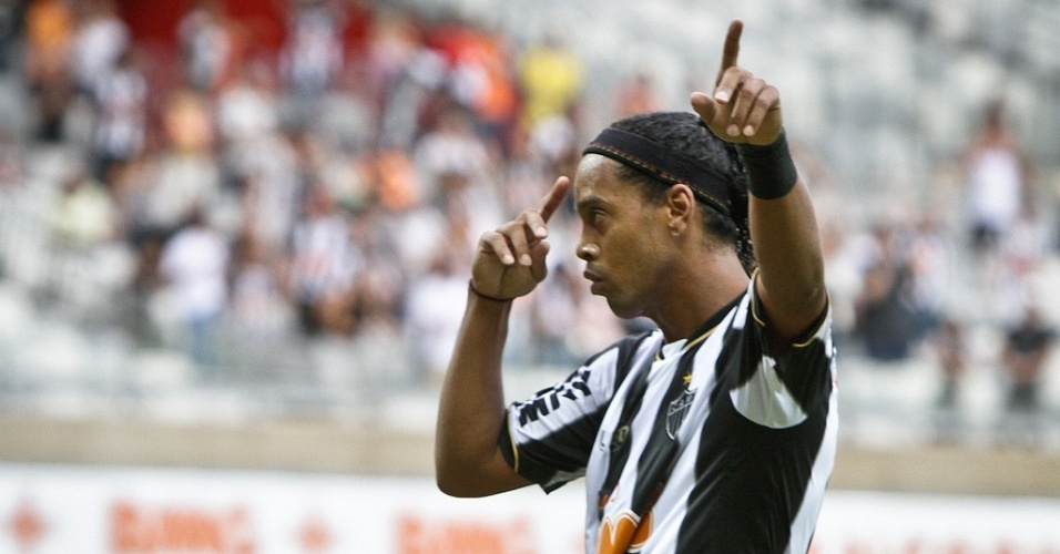 21/04/2013 - Ronaldinho Gacho agradece a Deus o gol marcado na vitria sobre o Villa Nova