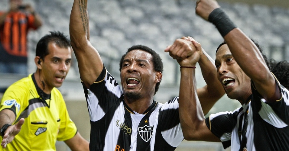 21/04/2013 - Rosinei e Ronaldinho comemoram a vitria atleticana sobre o Villa Nova, no Mineiro