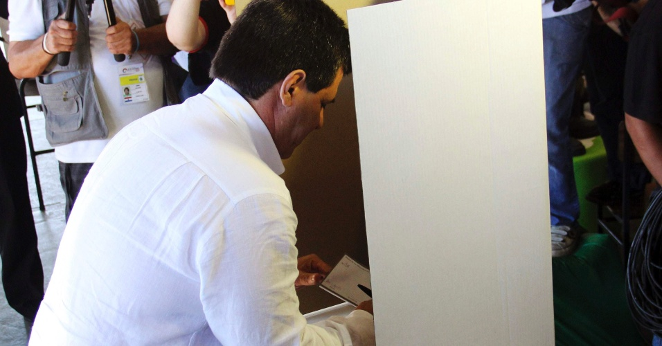 21.abr.2013 - Candidato do partido Colorado Horácio Cartes vota em colégio de Assunção (Paraguai). Neste domingo (21), o país realiza eleições para presidente, vice-presidente, membros do poder Legislativo e representantes nacionais no Parlamento do Mercosul.