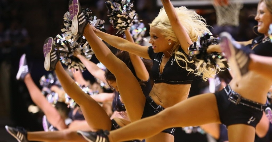 21.abr.2013 - Cheeleaders exibem boa forma em San Antonio na partida entre Spurs e Lakers