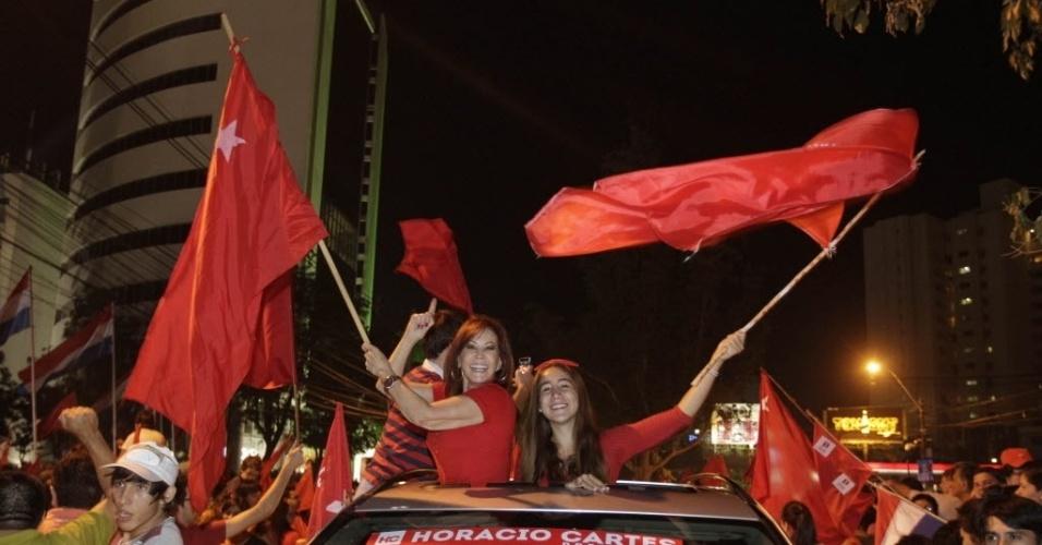21.abr.2013 - Eleitores comemoram, em Assunção (Paraguai), a eleição de Horacio Cartes-- do Partido Colorado--, como presidente do Paraguai. Com a vitória, os colorados, que governaram o Paraguai entre 1947 e 2008, voltam ao comando da nação. O segundo lugar ficou com o Efraín Alegre, do Partido Liberal Radical Autêntico (PLRA), adversário histórico dos colorados. Cartes assume o cargo em agosto deste ano