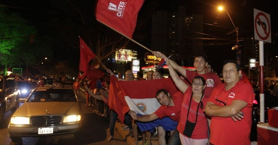 21.abr.2013 - Eleitores de Horacio Cartes celebram, em Assunção (Paraguai), a vitória do candidato do Partido Colorado nas eleições presidenciais, neste domingo (21). A legenda esteve no poder  entre 1947 e 2008