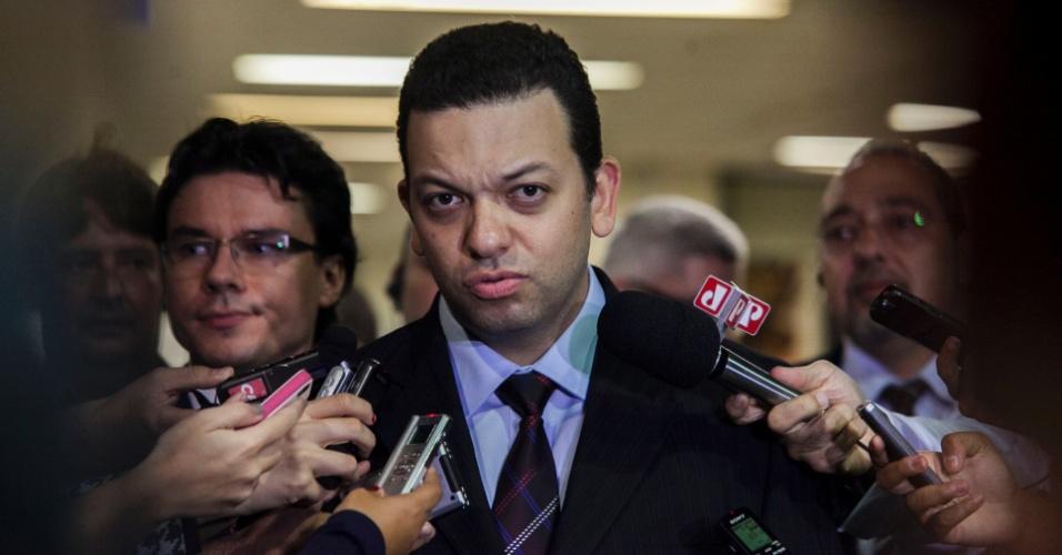 21.abr.2013 - Fernando Pereira da Silva, promotor titular no julgamento do massacre no Carandiru, fala com jornalistas ao sair do Fórum da Barra Funda, na zona oeste de São Paulo, onde aconteceu o júri do caso